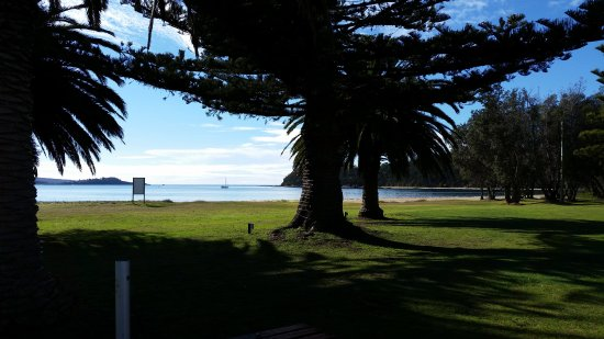 Seahorse Inn Restaurant: So much green grass and shade too, perfect for hot weather.