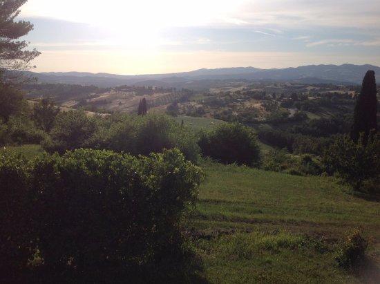 Pomarance, إيطاليا: Cette photo fut prise à partir de l'endroit ou se trouve la piscine et au loin vous voyez la mer