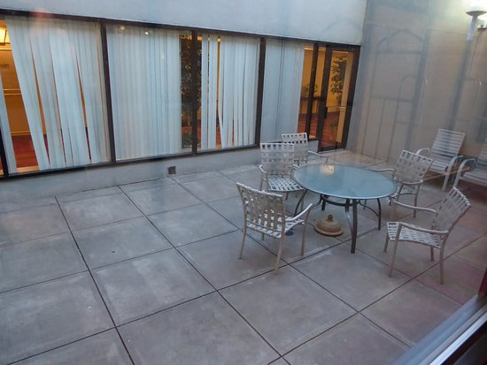Hanover, MD: Small Patio Area Near Lobby