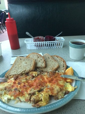 Rosthern, Καναδάς: Scrambled Sausage and Egg Hash. Home made jam in the background.