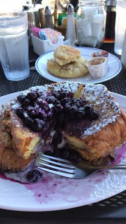 Bradley Beach, Нью-Джерси: Yep, that's a buttered biscuit in the background and the stuffed blueberry French toast. Heavenl