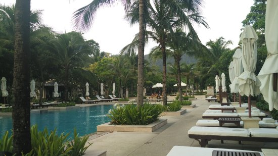 Layana Resort and Spa: The infinity pool where we spent many hours. Happy hour - drinks half price !