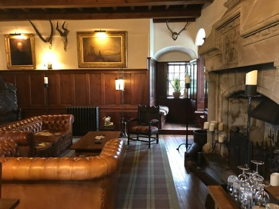 Benderloch, UK: Right side of the Lounge (the glassed to the right are the ones they provide for drinks)