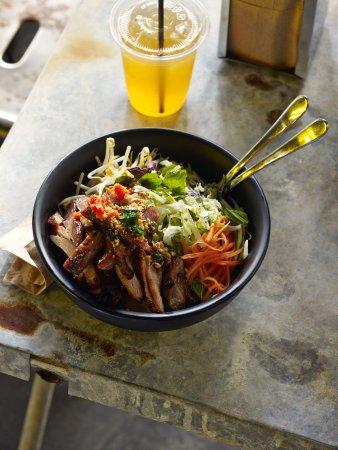 Annandale, Австралия: grilled chicken vermicelli salad