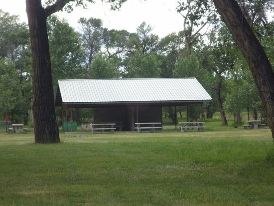 Shelby, MT: Pavillion and picnic tables