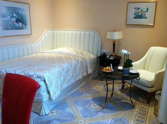 Savoy Baur En Ville: small but luxerious room