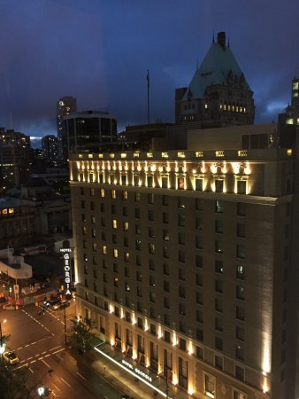 Four Seasons Hotel Vancouver: Beautiful room, lovely city view.