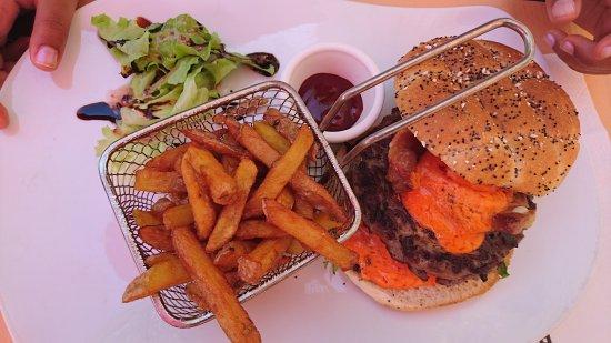 Varennes-Jarcy, Frankrike: Assiette terrine et rillettes  Burger / Frites maison  Carpaccio boeuf / Frites maison