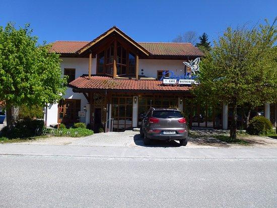 Siegsdorf, Alemania: The restaurant with spacious surroundings