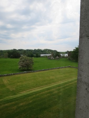 Ballymote, Irlanda: From our room, the ruins of the Templar castle and the lake beyond. No sheep though!