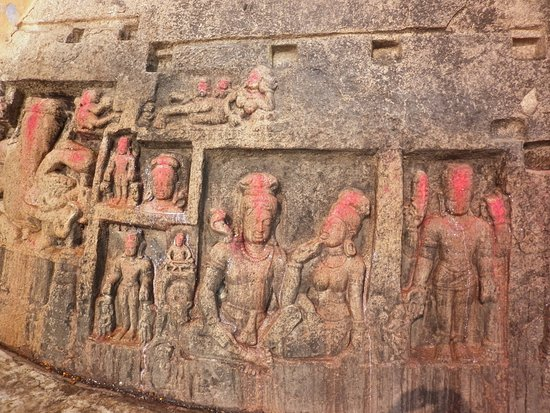 Bhagalpur, Indie: Carvings on the rocks of the Ajgaibinath Temple, Sultanganj