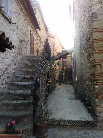 Monte Santa Maria Tiberina, Italia: cortile d'ingesso