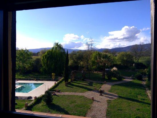 Cuacos de Yuste, İspanya: Vistas al jardín y a la Sierra de Gredos