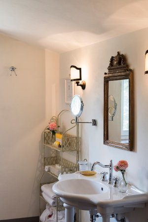 Fratta Todina, Italia: romantic room bathroom