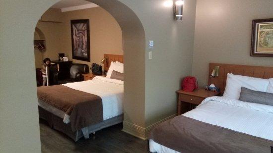 Hotel Jardin du Gouverneur: Room with 2 king-sized beds.