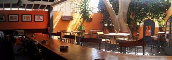 La Kora Chez Peggy: panoramique du patio