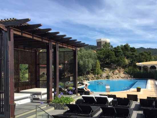 Linho, Portugal: Generous poolside with great service and stunning long views