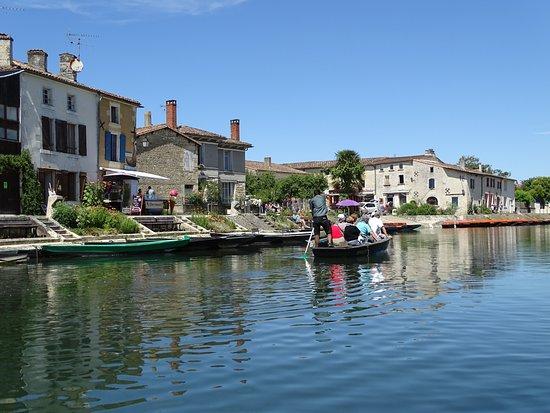 Magne, ฝรั่งเศส: En longeant le village
