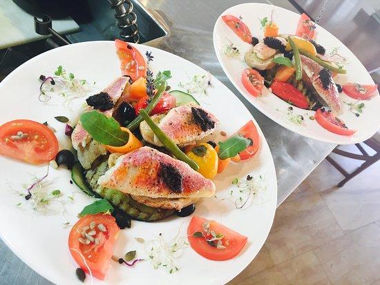 Torreilles, Γαλλία: Cafe gourmand et salade de rouget