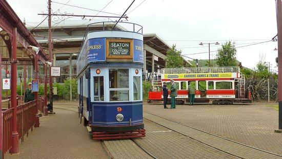 2 Trams in Seaton am Bahnhof