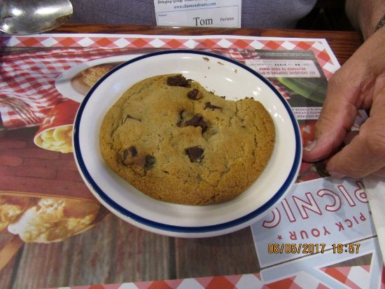 Williamsville, NY: Tom's desert...large, soft, cookie