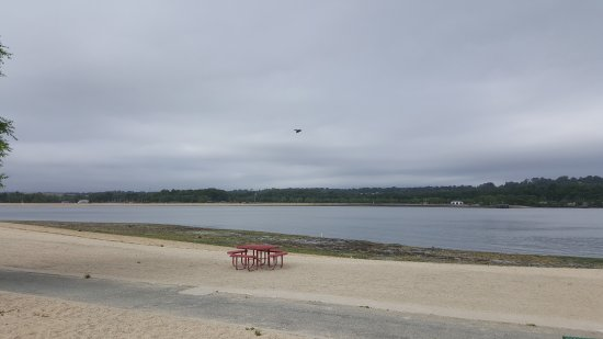 Port Washington, NY: The view of Hempstead harbor beach park from the eastern shore at Tappen beach.