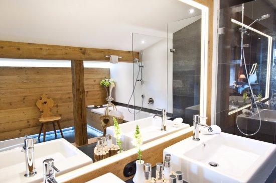 badezimmer tirol s d picture of natur spa hotel. Black Bedroom Furniture Sets. Home Design Ideas