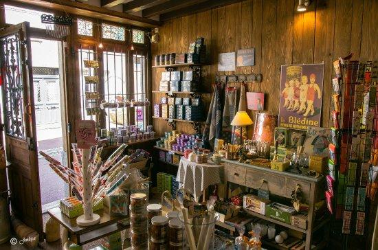 Villedieu-les-Poeles, Francia: Intérieur d'une trés jolie épicerie fine dans le centre de Villedieu