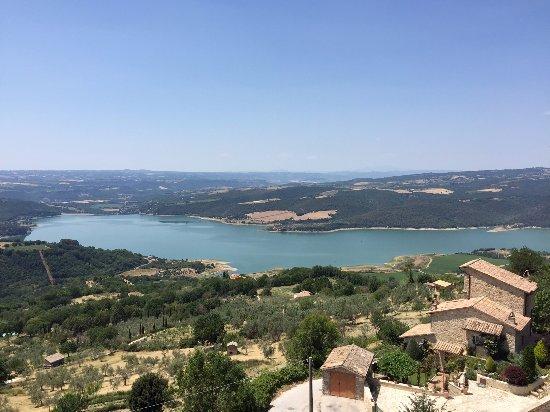 Civitella del Lago, Italy: La vista dalla terrazza sopra il bar