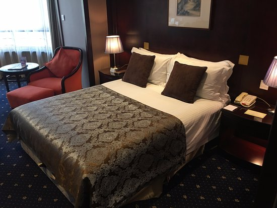 The Bund Hotel: King bed