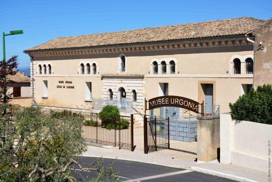 Orgon, Francia: Vue de l'entrée du Musée Urgonia