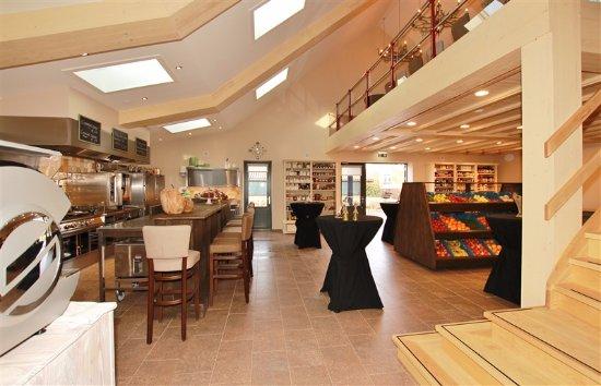 Horst, The Netherlands: Vanuit boven kijkt u zo de keuken in waar de gerechten worden bereid.