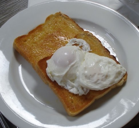 Ottery St. Mary, UK: Eggs on toast - real eggs -