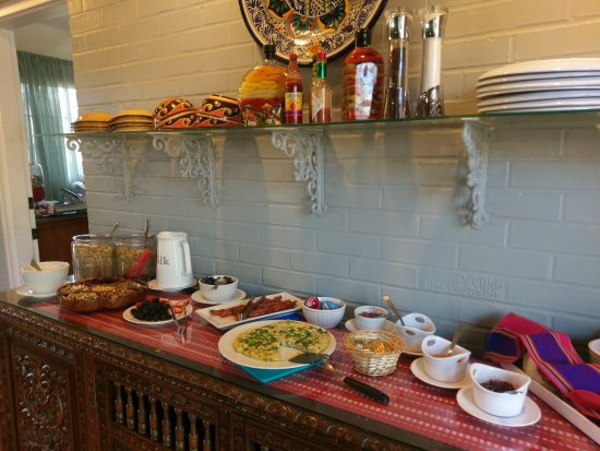 Casa Blanca Inn & Suites: Delicious breakfast. Veggie frittata, pastries and fruit, reflecting the flavors of N.M.