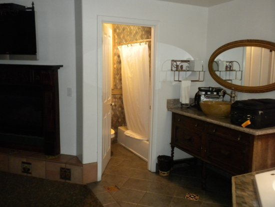 Chantico Inn: Small bathroom