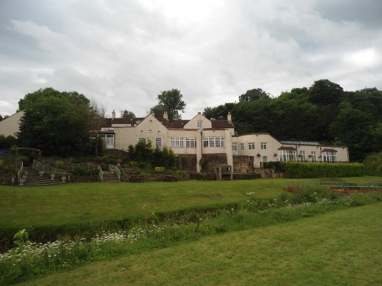 Piercebridge, UK: Rear of the hotel. Shows the bowed windows where the Dining Room is.