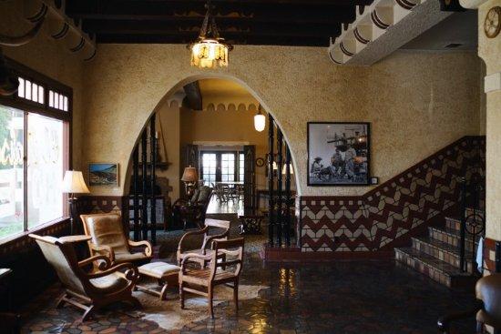 The Hotel Paisano: Lobby with Giant memorbilia