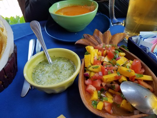 Skippack, Pensilvania: Tortilla Soup (top) and mango salsa. Tastes even better than it looks.