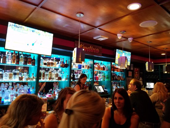 Williston Park, NY: Great bar scene and those who are waiting for tables!