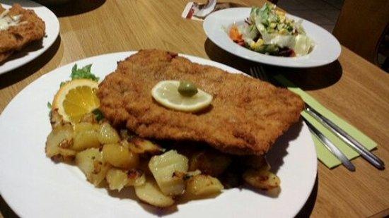 Fichtelberg, Tyskland: Ein leckeres Kretaschnitzel mit Feta, Oliven und Bratkartoffeln