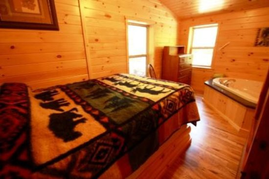 Waterville, Pensilvanya: Fawn Cabin Bedroom with Jacuzzi Tub