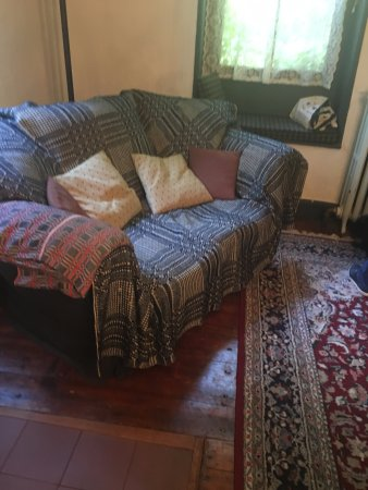 Hurley, Estado de Nueva York: The sofa, on arrival. The white settee in room had a blanket tucked in covering the seat also.