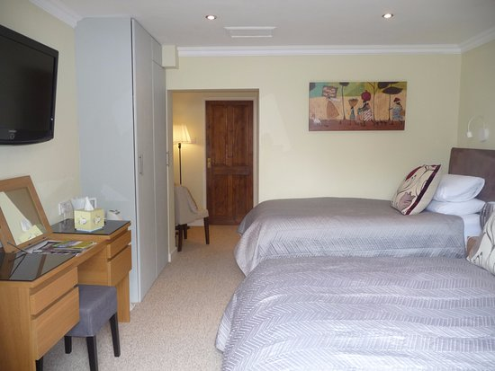 Radcliffe on Trent, UK : Twin en-suite room with direct access to garden area
