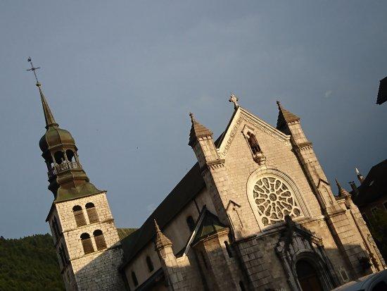 Thones, França: Face à l'Église de Thônes