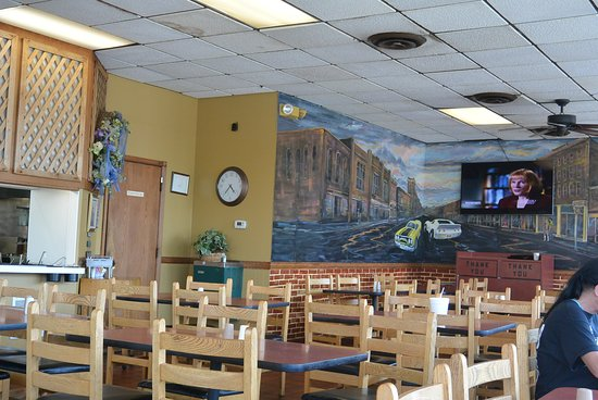 Campbellsville, KY: dining area and mural