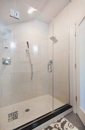 นิวตัน, แมสซาชูเซตส์: Tree Top Bathroom Shower - 3 shower heads!