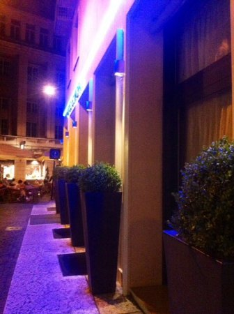 Hotel Verona: Facciata principale in notturna !