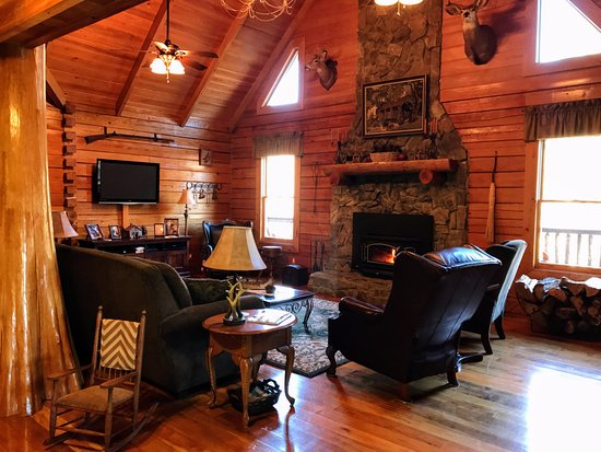 Morganton, NC: The Great Room welcomes you with a cozy fire