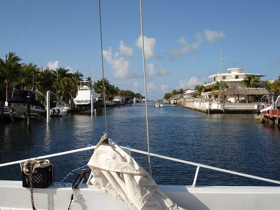 Quicksilver Snorkel Tours: Motoring out from the harbor through the canal and to the reefs