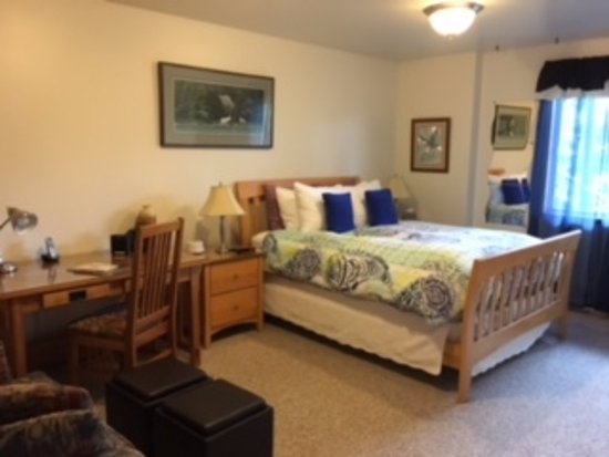 Otter's Cove Bed & Breakfast: This is one of three rooms, the only one without a waterfront view.